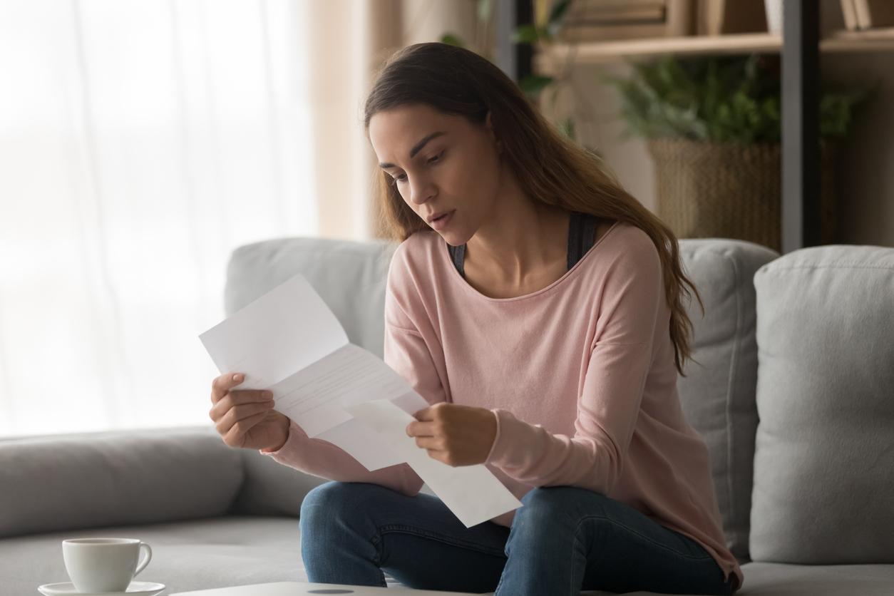 Une femme lisant son attestation de détachement à l'étranger.
