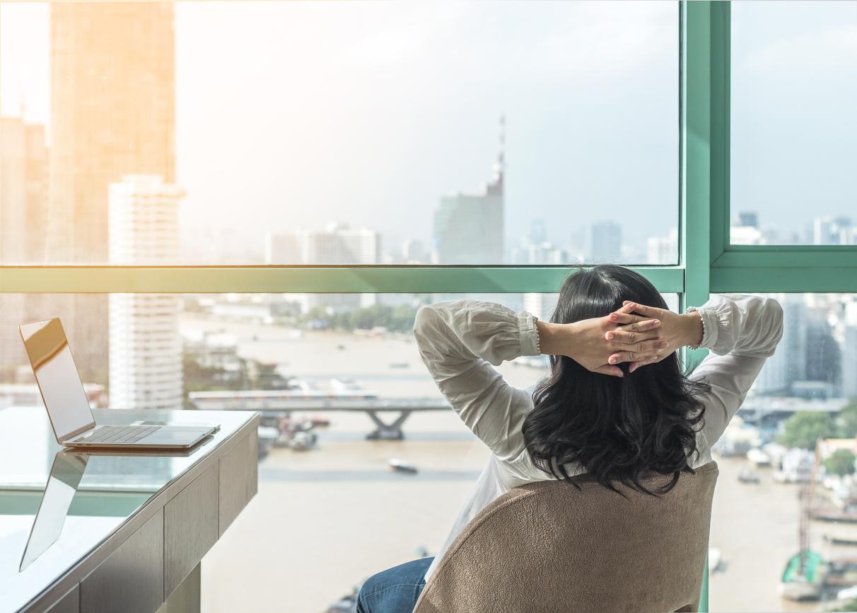 Une employée avec un contrat de détachement à l'étranger.