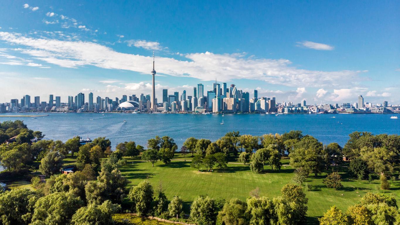 Toronto, une destination prisée par les détendeurs d'un visa de travail pour le Canada.